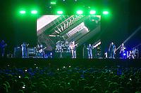 SÃO PAULO, SP - 07.12.2013 - SUMMER BREAK FESTIVAL 2013 - DAVE MATTHEWS BAND - Dave Matthews Band durante sua apresentação no Summer Break Festival 2013, que ocorre no  Campo de Marte, região norte neste sabado (07). (Foto: Marcelo Brammer/Brazil Photo Press)