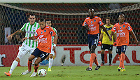 MEDELLÍN -COLOMBIA-29-10-2014. Alejandro Bernal (Izq) jugador de Atlético Nacional de Colombia disputa el balón con William Cheroque (Der) jugador de Cesar Vallejo de Perú durante juego de ida de los cuartos de final en la Copa Total Sudamericana 2014 realizado en el estadio Atanasio Girardot de Medellín./ Alejandro Bernal (L) player of Atletico Nacional of Colombia fights for the ball with William Cheroque (R) player of Cesar Vallejo of Peru during the first leg match for the quarter finals of the Copa Total Sudamericana 2014 played at Atanasio Girardot stadium in Medellin. Photo: VizzorImage/Luis Ríos/STR