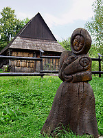 Holzskulptur+ traditionelle Holzh&auml;user im Museumsdorf Vikolinec-Vlkoi&iacute;nec in Ruzomberok, Zilinsky kraj, Slowakei, Europa, UNESCO-Weltkulturerbe<br /> Wood carving and traditional house  in museum village Vicolinec in Ruzomberok Zilinsky kraj, Slovakia, Europe, UNESCO world heritage