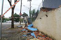 SAO PAULO, SP - 10.03.2016 - DESABAMENTO-SP - Muro desaba apos queda de árvore em Indianópolis no início da tarde desta quinta-feira (10) na zona sul de São Paulo. A árvore era de pequena proporção e não houve feridos no local. (Foto: Fabricio Bomjardim / Brazil Photo Press)