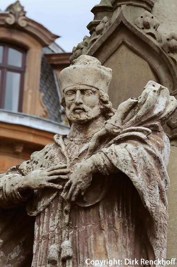 Justiz-Kreuz von 1502 vor Renaissance-Rathaus in Wiltz, Luxemburg