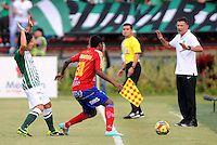 MEDELLIN - COLOMBIA-07-07-2013: Sherman Cardenas (Izq.) jugador del Atletico Nacional disputa el balón con Humberto Marquinez (Der.) jugador del Deportivo Pasto, durante partido en el estadio Atanasio Girardot de la ciudad de Medellin, julio 7 de 2013. Atletico Nacional y Deportivo Pasto durante partido por la sexta fecha de los cuadrangulares semifinales de la Liga Postobon I. (Foto: VizzorImage / Luis Rios / Str).  Sherman Cardenas (L) player of Atletico Nacional fights for the ball with Humberto Marquinez (L) player from Deportivo Pasto during game in the Atanasio Girardot stadium in Medellin City, July 7, 2013. Atletico Nacional and Deportivo Pasto, during match for the sixth round of the semi finals of the Postobon League I. (Photo: VizzorImage / Luis Rios / Str).