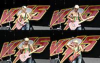 CIUDAD DE MEXICO, D.F. 16 abril.-  La cantante Ely Guerra muestra un pecho al resbalarse el tirante de la blusa durante el sexto Vive Latino 2005 en el Foro Sol del Autodromo Hermanos Rodríguez de la Ciudad de México, el 16 de abril de 2005.  FOTO: ALEJANDRO MELENDEZ