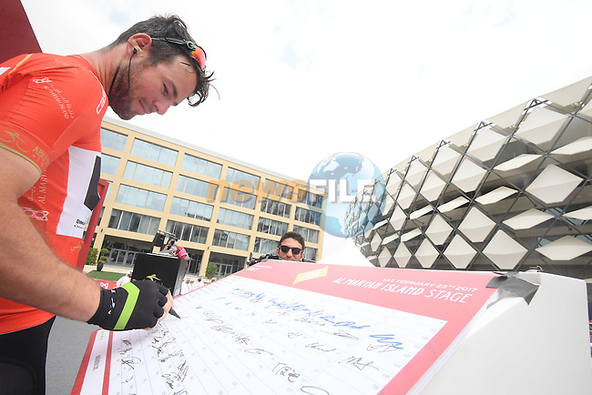 Race leader Mark Cavendish (GNR) Team Dimension Data at sign on before the start of Stage 3 Al Maryah Island Stage of the 2017 Abu Dhabi Tour, starting at Al Ain and running 186km to the mountain top finish at Jebel Hafeet, Abu Dhabi. 25th February 2017<br /> Picture: ANSA/Claudio Peri | Newsfile<br /> <br /> <br /> All photos usage must carry mandatory copyright credit (&copy; Newsfile | ANSA)