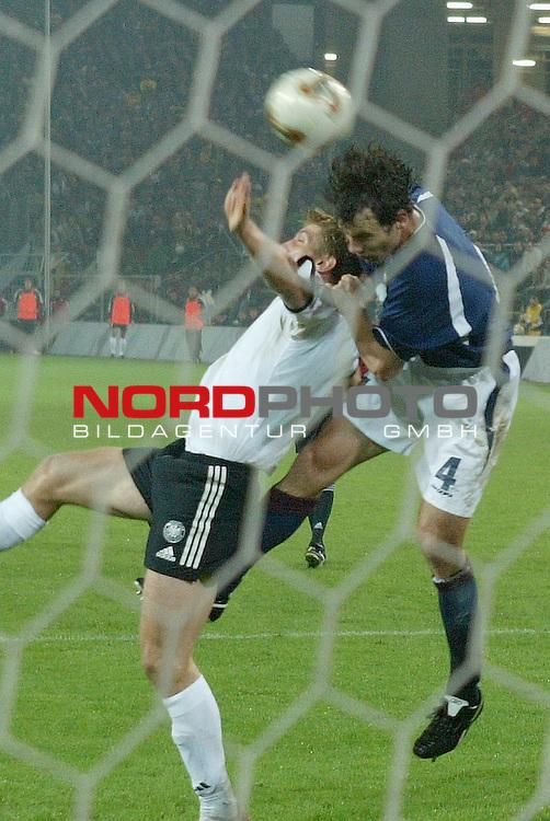 Laenderspiel EM 2004 Qualifikation<br /> Deutschland vs. Schottland 2:1<br /> Miroslav Klose im Kopfballduell mit Christian Dailly<br /> <br /> Foto &copy; nordphoto <br />  *** Local Caption *** Foto ist honorarpflichtig! zzgl. gesetzl. MwSt.<br />  Belegexemplar erforderlich<br /> Adresse: nordphoto<br /> Georg-Reinke-Strasse 1<br /> 49377 Vechta