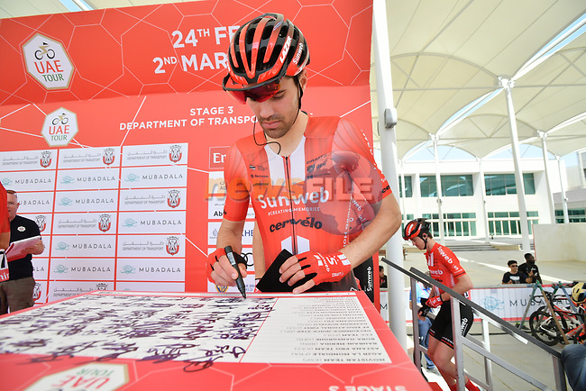Tom Dumoulin (NED) Team Sunweb signs on before the start of Stage 3 of the 2019 UAE Tour, running 179km form Al Ain to Jebel Hafeet, Abu Dhabi, United Arab Emirates. 26th February 2019.<br /> Picture: LaPresse/Massimo Paolone | Cyclefile<br /> <br /> <br /> All photos usage must carry mandatory copyright credit (© Cyclefile | LaPresse/Massimo Paolone)