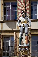 Europe/Suisse/Jura Suisse/ Neuchâtel: Statue polychrome de la Fontaine du Banneret rue du Château