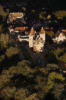 Europe/France/Aquitaine/24/Dordogne/Vallée de la Dordogne/Périgord/Périgord Noir/Castelnaud-La-Chapelle: Le Château des Milandes (ancienne demeure de Joséphine Baker) - Construit en 1489 par François de Caumont Seigneur de Castelnaud  - Vue aérienne