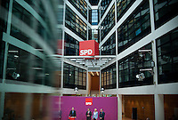 Berlin, Der SPD-Kanzlerkandidat Peer Steinbrück (v.r.) steht am Montag (13.05.13) in der Parteizentrale im Willy-Brandt-Haus bei einer Pressekonferenz neben den Mitgliedern seines Kompetenzteams, der Designforscherin Gesche Joost, dem Parlamentarischen Geschäftsführer der SPD-Bundestagsfraktion, Thomas Oppermann und dem Chef der Gewerkschaft Bau-Agrar-Umwelt, Klaus Wiesehügel. Foto: Steffi Loos/CommonLens