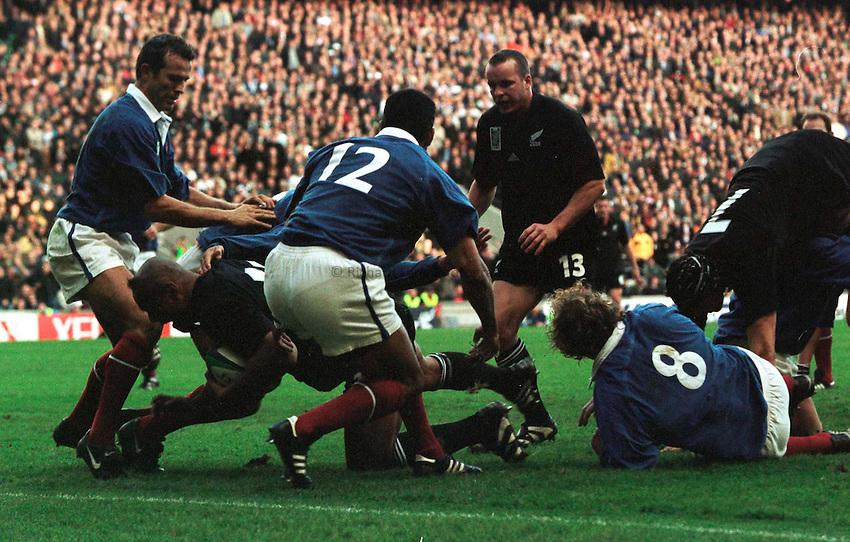 Photo. Richard Lane.New Zealand v France. 31/10/99..Jonah Lomu crosses for New Zealand's first try.