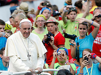 Papa Francesco incontra i Ministranti delle diocesi tedesche in Piazza San Pietro, Citta' del Vaticano, 5 agosto 2014.<br /> Pope Francis meets German altar servers in St. Peter's square, Vatican, 5 August 2014.<br /> UPDATE IMAGES PRESS/Riccardo De Luca<br /> <br /> STRICTLY ONLY FOR EDITORIAL USE