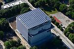 DEUTSCHLAND  Hamburg, Energiebunker Wilhelmsburg , IBA Projekt, Energieerzeugung aus Solarenergie, Biogas, Holzhackschnitzeln und Abwaerme aus einem benachbarten Industriebetrieb, der Energiebunker soll einen Teil des Reiherstiegviertels mit circa 22.500 MWh Waerme versorgen und fast 3.000 MWh Strom erzeugen. Das entspricht dem Waermebedarf von circa 3.000 Haushalten und dem Strombedarf von etwa 1.000 Haushalten, Solon PV Module an der Suedseite des ehemaligen Flakbunkers, auf dem Dach wurde von Ritter XL Solar Deutschlands groesste Vakuumroehrenkollektoren Anlage zur Warmwassererzeugung installiert / GERMANY Hamburg, IBA international architecture exhibition, an old anti-aircraft war bunker is changed into an 25.000 MW renewable energy project, with biogas, biomass, solar panels and solar thermal vacuum pipes