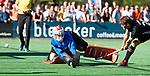 BLOEMENDAAL   - Hockey -  2e wedstrijd halve finale Play Offs heren. Bloemendaal-Amsterdam (2-2) . keeper Jaap Stockmann (Bldaal) tijdens de shoot outs. met rechts Tijn Lissone (A'dam)    COPYRIGHT KOEN SUYK