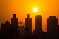 SÃO PAULO SP, 13.08.2015 - CLIMA-SP - Entardecer é visto no céu da zona sul de São Paulo na tarde desta quinta-feira, 13. (Foto: Renato Mendes / Brazil Photo Press)