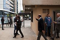 SAO PAULO,SP, 18 DE JUNHO DE 2012 - ENTREGA DO NOVO PREDIO DO ARQUICO PUBLICO DO ESTADO - Manifestantes contra as acoes policiais aguanrdam o  governador Geraldo Alckmin nesta segunda-feira, 18, em frete ao novo edificio do Arquivo Publico do Estado de Sao Paulo, que foi entregue nesta manha, localizado na zona norte da capital paulista.O edificio possui 10 andares, sendo cinco com pe-direito duplo, destinados a guarda de acervos, num total de 23,5 mil metros quadrados de area construida.  FOTO RICARDO LOU/BRAZIL PHOTO PRESS