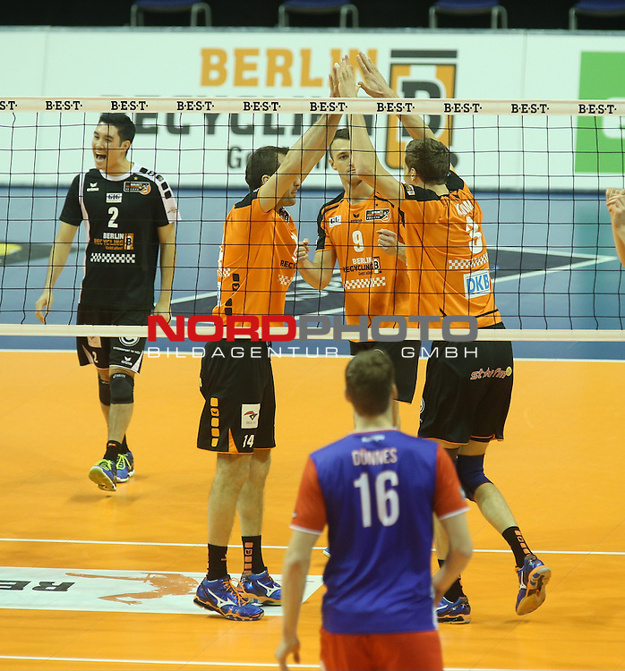 10.12.2015, Max Schmeling Halle, Berlin, GER, DVB-Pokal, BR VOLLEYS VS. UNITED VOLLEYS RHEIN MAIN, im Bild Robert Kromm (BR Volleys), Tomas Kmet (BR Volleys), Paul Lotman (BR Volleys), <br /> <br />      <br /> Foto &not;&copy; nordphoto /  Engler *** Local Caption ***