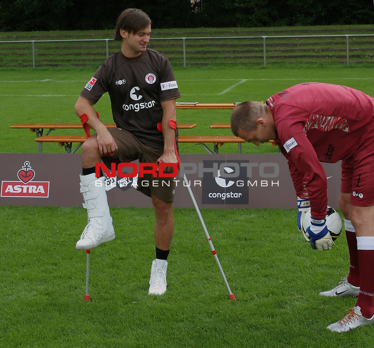 2.Liga 08/0 &ndash; FC St.Pauli Mannschaftsfoto 13.07.08<br /> FC St.Pauli <br /> <br /> Gruppen-Einzel-und Mannschaftsfotos beim FC St.Pauli am Trainingsgel&auml;nde Kollaustrasse. Florian Lechner mit Gipsbein und Dehnung&uuml;bung bei Patrick Borger.<br /> <br /> <br /> Foto &copy; nph (nordphoto)<br /> <br /> *** Local Caption ***