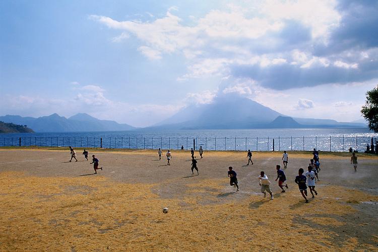 Paesaggi del mondo. Il lago di Atitlan in Guatemala.