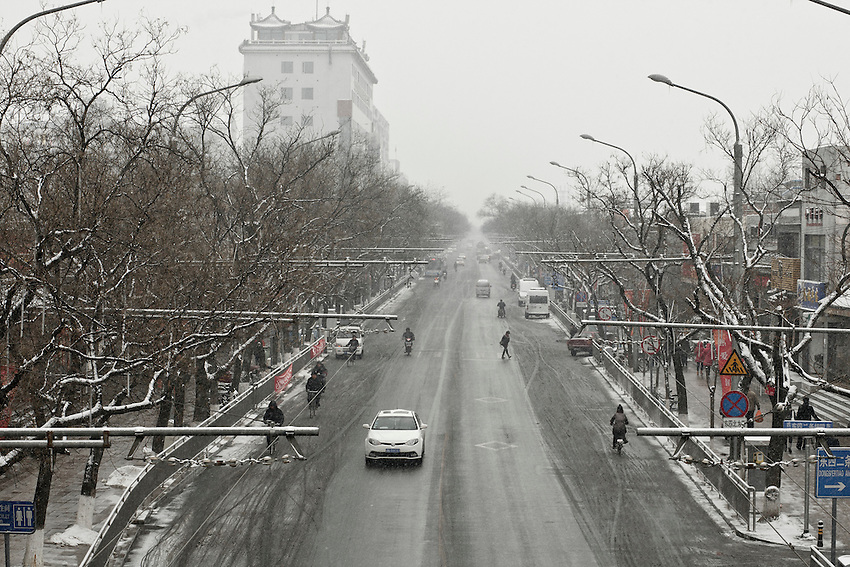 Dongsi avenue in the center of Beijing  after a snowfall that local authorities say they have artifically provoked to fight the exceptional drought in northern China. February 10 2011.