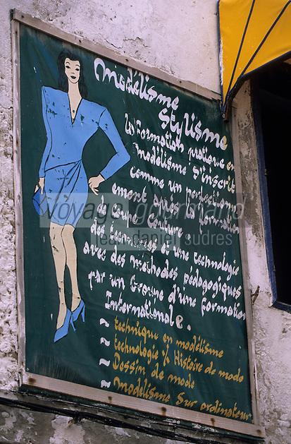 Afrique/Maghreb/Maroc/Essaouira : Dans la Médina, enseigne pour des cours de modélisme-stylisme