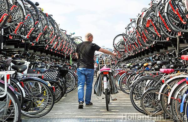 Nederland  Amsterdam  2016. Fietsenstalling achter Centraal Station.  Foto Berlinda van Dam / Hollandse Hoogte