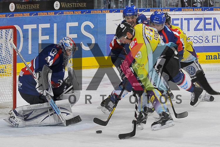 Mannheim 12.10.12, DEL, Adler Mannheim - Krefeld Pinguine, Krefelds Mark Voakes (Nr.19) gegen Mannheims Dennis Endras (Nr.44) im Tor rechts Mannheims Dominik Bittner (Nr.52), Mannheims Marcel Goc (Nr.9) und Krefelds Martin Schymainski (Nr.88) <br /> <br /> Foto &copy; Ice-Hockey-Picture-24 *** Foto ist honorarpflichtig! *** Auf Anfrage in hoeherer Qualitaet/Aufloesung. Belegexemplar erbeten. Veroeffentlichung ausschliesslich fuer journalistisch-publizistische Zwecke. For editorial use only.
