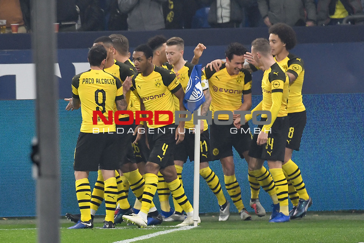 08.12.2018, Veltins-Arena, Gelsenkirchen, GER, 1. FBL, FC Schalke 04 vs. Borussia Dortmund, DFL regulations prohibit any use of photographs as image sequences and/or quasi-video<br /> <br /> im Bild die Mannschaft von Dortmund Jubel / Freude / Emotion / Torjubel / Torschuetze zum 0:1 Torschuetze Thomas Delaney (#6, Borussia Dortmund) <br /> <br /> Foto &copy; nordphoto/Mauelshagen