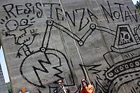 Val di Susa: ragazzi della val di Susa protestano contro l'avvio dei lavori per il tunnel dell'alta velocità.