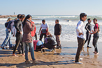 Voluntarios intentan reanimar al patrón de la embarcación mientras esperan la llegada de las asistencias.