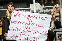 Mädels warten auf das von Timothy Chandler seit Wochen versprochene Trikot - Eintracht Frankfurt vs. Hannover 96, Commerzbank Arena