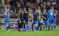 FUSSBALL  EUROPAMEISTERSCHAFT 2012   VIERTELFINALE England - Italien                     24.06.2012 Trainer Cesare Prandelli (2.v.l. Italien) nutzt die Pause vor der Verlangerung fuer Anweisungen