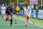 AMSTELVEEN - Maria Jimena Cedres Lobbosco (OR) met Felice Albers (Adam)   tijdens de hoofdklasse hockeywedstrijd dames,  Amsterdam-Oranje Rood (2-2) .   COPYRIGHT KOEN SUYK