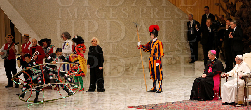 Artisti del Circo Orfei si esibiscono durante l'udienza generale del mercoledi' di Papa Francesco in aula Paolo VI, Citta' del Vaticano,7 gennaio 2015.<br /> Artists of the Orfei Circus perform during Pope Francis' weekly general audience in the Paul VI hall at the Vatican, 7 January 2015.<br /> UPDATE IMAGES PRESS/Isabella Bonotto<br /> <br /> STRICTLY ONLY FOR EDITORIAL USE