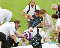 17-6-09, Rosmalen, Tennis, Ordina Open 2009, Marcus Baghdatis wordt op de brancar gehesen madat hij in zijn partij tegen Sluiter zijn knie heeft verdraaid