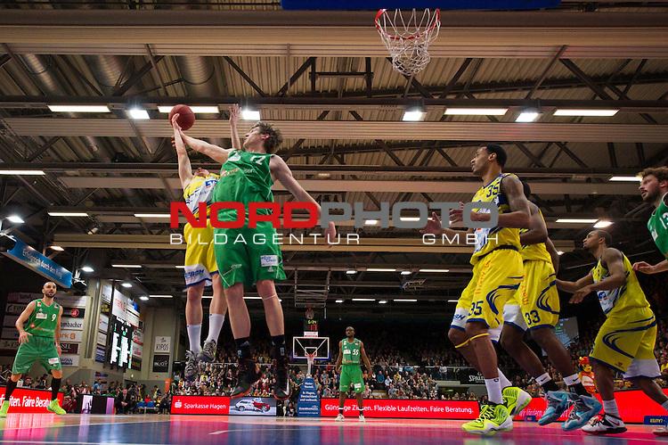 02.02.2014, ENERVIE Arena, Hagen<br /> Basketball, Bundesliga, Phoenix Hagen vs. TBB Trier<br /> <br /> Zweikampf zwischen Niklas Geske (#7 Hagen) und Andreas Seiferth (#12 Trier)<br /> <br />   Foto &copy; nordphoto / Kurth