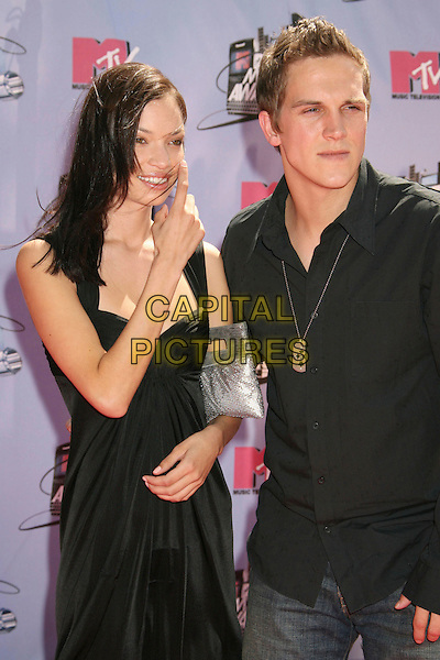 JASON MEWES & GUEST.2007 MTV Movie Awards held at the Gibson Amphitheater, Universal City, California, USA..June 3rd, 2007.half length black shirt dress .CAP/ADM/RE.©Russ Elliot/AdMedia/Capital Pictures *** Local Caption *** ...