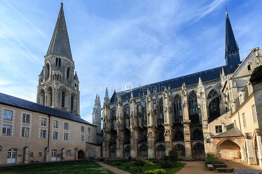 France, Loir-et-Cher (41), Vendôme, abbaye de la Trinité, la cour du cloître // France, Loir et Cher, Vendome, the abbey, the church and the cloister