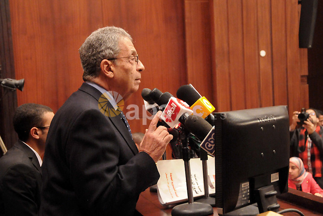 Egypt's constituent assembly Chairman Amr Moussa speaks during a meeting with students of Economics and Political Science, at the Shura Council, in Cairo on 18 December 2013. Photo by Mohammed Bendari