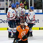 v.l. Mannheim nach Tor zum 0:3 durch Borna Rendulic (Mannheim, 33) Jubel, Torjubel, jubelt über das Tor, celebrate the goal, celebration; Jeff Likens (Wolfsburg, 9) enttäuscht, schaut enttäuscht, niedergeschlagen, disappointed beim Spiel in der DEL, Grizzlys Wolfsburg (orange) - Adler Mannheim (weiss).<br /> <br /> Foto © PIX-Sportfotos *** Foto ist honorarpflichtig! *** Auf Anfrage in hoeherer Qualitaet/Aufloesung. Belegexemplar erbeten. Veroeffentlichung ausschliesslich fuer journalistisch-publizistische Zwecke. For editorial use only.