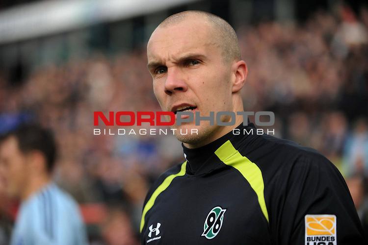 FBL 09/10  12. Spieltag Hinrunde / Stadion: AWD Arena<br /> Hannover 96 vs Hamburger SV <br /> Robert Enke (Hannover #01) schaut kritisch vor dem Spiel in die Arena.<br /> Foto &copy; nph ( nordphoto ) *** Local Caption *** *** Local Caption *** <br /> Fotos sind ohne vorherigen schriftliche Zustimmung ausschliesslich fŁr redaktionelle Publikationszwecke zu verwenden.<br /> <br /> Auf Anfrage in hoeherer Qualitaet/Aufloesung