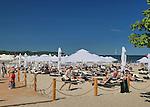Sopot, 16.07.2015. Korzystając z upalnej pogody tłumy wczasowiczów wypoczywją na sopockich plażach.