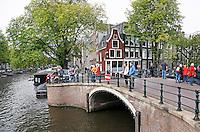 Nederland  Amsterdam 2016. Gracht met boogbrug.  Foto Berlinda van Dam / Hollandse Hooogte.