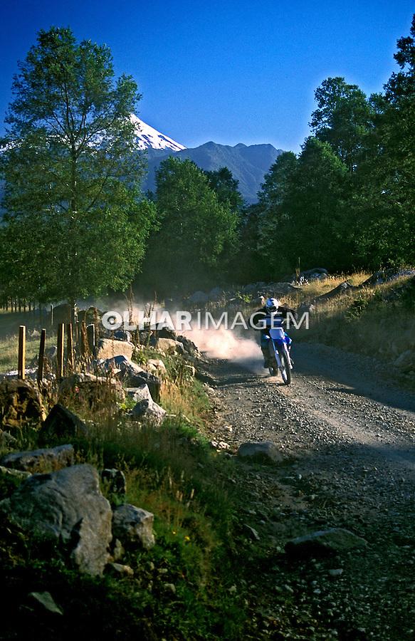 Esporte motocross em Pucon. Chile. 2001. Foto de Vinicius Romanini.