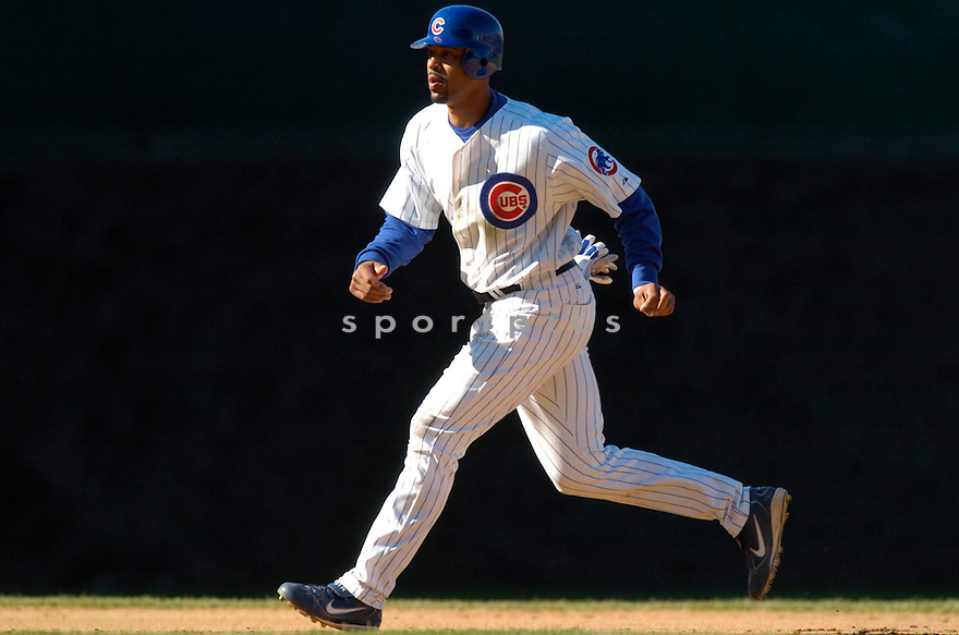 Derrek Lee in action during the Chicago Cubs v. San Diego Padres game April 13, 2005.....Cubs lost 0-1.....David Durochik/ SportPics