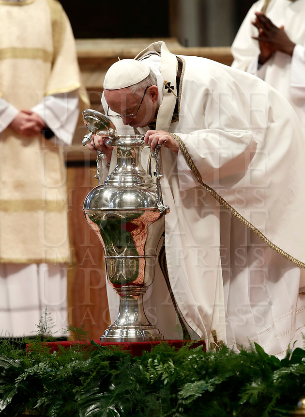 Papa Francesco soffia in un'anfora contenente l'olio santo durante la celebrazione della Messa del Crisma in occasion del Giovedi' Santo, nella Basilica di San Pietro, Citta' del Vaticano, 29 marzo 2018.<br /> Pope Francis blows in an amphora to bless the Holy oil as he leads the Chrism Mass in Saint Peter's Basilica at the Vatican, on March 29, 2018. During the mass the Pontiff blesses Chrism oils that will be used for the religious sacraments over the following 12 months.<br /> UPDATE IMAGES PRESS/Isabella Bonotto<br /> <br /> STRICTLY ONLY FOR EDITORIAL USE