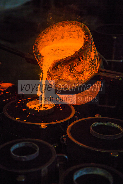 Europe/France/Franche-Comté/25/Doubs/Labergement-Sainte-Marie: Fonderie de cloches Obertino - Chargement du creuset en bronze  avec le métal en fusion //  // France, Doubs, Labergement Sainte Marie, Charles Bell foundry Obertino, flows of molten bronze into molds