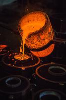 Europe/France/Franche-Comté/25/Doubs/Labergement-Sainte-Marie: Fonderie de cloches Obertino - Chargement du creuset en bronze  avec le métal en fusion //  // France, Doubs, Labergement Sainte Marie, Charles Bell foundry Obertino, flows of molten bronze into molds