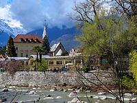 Fluss Passer mit Wandelgang an der Winterpromenade, Meran-Merano, Bozen &ndash; S&uuml;dtirol, Italien<br /> river passer and collonade at winter promenade, Meran-Merano, province Bozen-South Tyrol, Italy