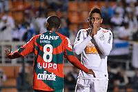 ATENÇÃO EDITOR: FOTO EMBARGADA PARA VEÍCULOS INTERNACIONAIS - SÃO PAULO, SP, 22 DE SETEMBRO DE 2012 - CAMPEONATO BRASILEIRO - SANTOS x PORTUGUESA: André (d) durante partida Santos x Portuguesa, válida pela 26ª rodada do Campeonato Brasileiro no Estádio do Pacaembú. FOTO: LEVI BIANCO - BRAZIL PHOTO PRESS