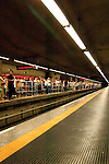 Pessoas esperando o trem do metrô, na plataforma da estação Sé.